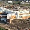 Le chantier de construction de l'hôpital vu des airs.