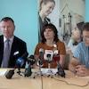 Cory Miller, Carrie Dornstauder et Ron Siemens en conférence de presse.