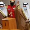 Le cheikh Nawaf salue la foule à l'Assemblée nationale à Koweït City.