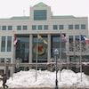 L'hôtel de ville de Moncton, vu de l'extérieur avec les drapeaux.