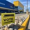 Une affiche d'Élections Canada est en gros plan, devant le magasin Ikea.