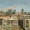 Une grue surplombe un immeuble en construction à Montréal.