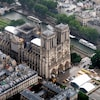 Une vue aérienne de la cathédrale en reconstruction.