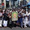 Des manifestants indiens portent une photo de la divinité hindoue Ayyappa lors d'une manifestation suite à l'entrée de deux femmes au temple Sabarimala, à Kochi dans le sud de l'état du Kerala le 2 janvier 2019.