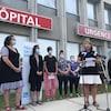 Stéphanie Goulet et des infirmières devant l'urgence d'un hôpital.