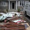 Des matériaux ont été sortis d'une maison inondée.