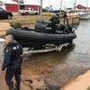 Deux agents de la GRC mette un bateau de recherche à l'eau.