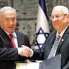 Le président israélien Reuven Rivlin (à droite) remet une lettre de nomination au premier ministre israélien Benyamin Nétanyahou.
