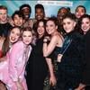 Plusieurs acteurs et actrices, entourant l'artiste canadienne Alanis Morissette, sur un  tapis rouge.