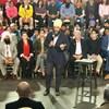 Jagmeet Singh parle au milieu d'une assemblée.
