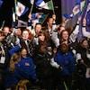 De jeunes Yukonnais agitent le drapeau de leur territoire.