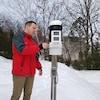 Un homme est à côté d'une petite station météorologique.