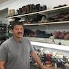 Joe LeBlanc devant un étalage de souliers.