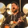 Montage photo de Joey Robin Haché et Menoncle Jason en train de chanter en s'accompagnant à la guitare devant le même décor, lors de deux apparitions à la même émission.