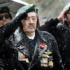 Un ancien combattant fait le salut militaire.