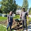 Deux personnes portant un gilet à l'éffigie de la MRC de Témiscamingue sourient dans un jardin.