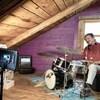Julien Rock jouant de la batterie lors d'un tournage.