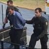 L'accusé entouré de deux policiers de la Sûreté du Québec.