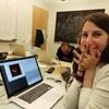 La jeune scientifique a publié cette photo sur Facebook mercredi, vers 10 h, en ajoutant : « En train de regarder avec incrédulité la première image que j'ai jamais faite d'un trou noir en train d'être reconstituée. »