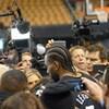 Kawhi leonard parle à des journalistes dans un aréna  de basket.