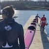 Des kayakistes se préparent à mettre leur embarcation à l'eau.