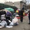Des agents de la Ville de Kelowna surveillent un sans-abri alors qu'il plie bagage.