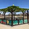 Un kiosque dans un parc.