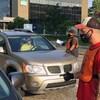 Un membre du syndicat discute avec un automobiliste.