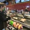 Natalia Kusendova salue le propriétaire de Palma Pasta devant son comptoir de sandwichs.