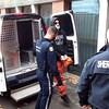 Kyle Anthony Kennedy  entouré de deux policiers.
