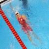 Kylie Masse étire le bras pour toucher le mur de la piscine, au bout du corridor.