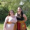 Deux femmes en ceinture fléchées.