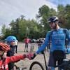 De petits cyclistes encouragent l'athlète Léandre Bouchard.