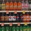 Des boissons gazeuses dans des rayons d'un supermarché