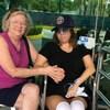 Lexie York assise à côté de sa mère devant un hôpital au Mexique.
