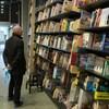 Un client cherche un livre dans un rayon de la librairie Laliberté.