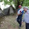 Le chef Dalton Silver et Sonny McHalsie marchent l'un à côté de l'autre autour de deux gros rochers.