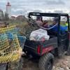 Des gens à bord d'un VTT ramassent des cages à homards, placés à l'arrière du véhicule motorisé.