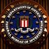 Le logo du FBI sur un mur. On peut y lire la devise : « Fidélité. Bravoure. Intégrité. »