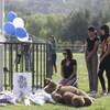 Mirna Herrera et ses filles Liliana et Alexandra se recueillent en mémoire des victimes de la fusillade à l'école Saugus de Santa Clarita.