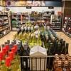 Plan large de l'intérieur d'un magasin d'alcools du Manitoba avec ses étalages de bouteilles.