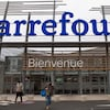 Des clients sortant du supermarché Carrefour.