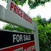Panneau à vendre devant une maison.