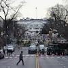 Vue éloignée de la Maison-Blanche entourée d'un lourd dispositif de sécurité.