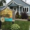 Bâtiment s'apparentant à une résidence, avec une affiche au devant indiquant le nom du centre de soins palliatifs, la « Maison du Bouleau Blanc ».