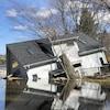 Photo d'une maison à moitié submergée par les eaux.