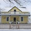 Une vieille maison jaune.