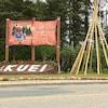 Un tipi sans couverture et une affiche où il est inscrit « Kuei »