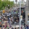 Une foule de manifestants marche en direction du Parlement.
