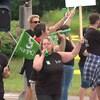 Des syndiqués en grève brandissent des pancartes et des drapeaux.